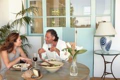 Amadureça os pares que têm o almoço. imagem de stock royalty free