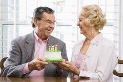 Amadureça pares com bolo. Fotografia de Stock Royalty Free