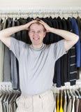 Amadureça a raiva do homem ao vestir-se Foto de Stock