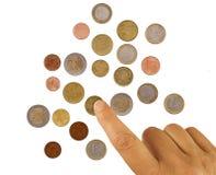 Amadureça-se, mão da mulher que conta moedas de um centavo, pequena alteração Conceito da pobreza Euro- moedas europeias, no bran foto de stock