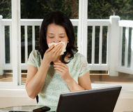 Amadureça o doente da mulher ao trabalhar do escritório domiciliário Imagens de Stock Royalty Free