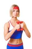 Amaestrador de la aptitud con pesas de gimnasia rojas Fotografía de archivo