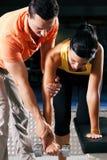 Amaestrador personal en gimnasia Fotografía de archivo libre de regalías