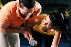 Amaestrador personal en gimnasia Imagenes de archivo