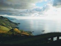 Amaizing-Ansicht über Meer und Berge Stockbilder