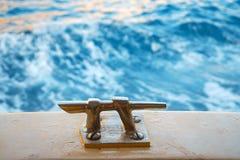 Amaizing-Ansicht von der Rückseite des Bootes auf Türkiswellen von Meer Adriatisches Meer nahe Stadt Dubrovnik in Kroatien Berühm lizenzfreie stockfotografie