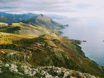 Amaizing widok na morzu i górach Zdjęcia Royalty Free