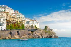 Amalfi cityscape op kustlijn van Middellandse Zee, Italië royalty-vrije stock foto