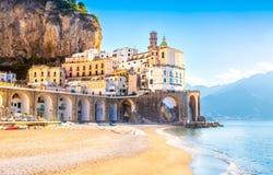 Amalfi cityscape op kustlijn van Middellandse Zee, Itali? royalty-vrije stock afbeelding