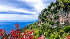 Amalfi Costline, Naples, Italien Panoramautsikt av den Amalfi kustlinjen, med vertikala steniga klippor och frodig vegetation arkivfoton