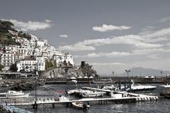 Amalfi de bouw van de kustgreep met overzees en hemel royalty-vrije stock fotografie