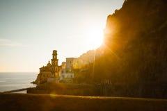 Amalfi dorpssilhouet bij zonsondergang stock afbeeldingen