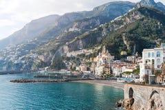 Amalfi hav, strand och scenisk sikt för berg - Amalfi kust, Italien, Europa Arkivbild