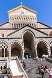 Amalfi, Italia - 9 de abril de 2017: Visitantes en los pasos de la catedral vieja imagen de archivo libre de regalías