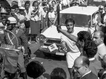 Amalfi, Italia, 1960 - los antorcha-portadores pasan la antorcha de las Olimpiadas de Roma imagen de archivo libre de regalías
