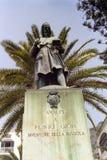 AMALFI ITALIEN, 1980 - i fyrkanten av det samma namnet står statyn av till Falvio Gioia, den mytiska uppfinnaren av kompasset, arkivfoto