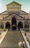AMALFI, ITALIEN, 1974 - Touristen gehen das lange Treppenhaus zur Amalfi-Kathedrale des 9. Jahrhunderts, die St Andrew an einem S stockbild