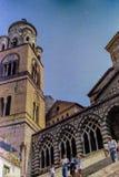 AMALFI, ITALIEN, 1974 - Touristen gehen das Treppenhaus zur Amalfi-Kathedrale des 9. Jahrhunderts, die an St Andrew an einem Somm lizenzfreies stockbild
