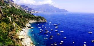 Amalfi-Küste, -meer und -boote stockfotografie