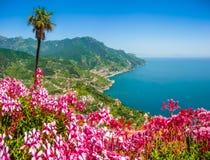 Amalfi-Küste vom Landhaus Rufolo arbeitet in Ravello, Kampanien, Italien im Garten Stockbilder