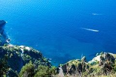 Amalfi kust Bedöva landskap med kullen och medelhavet royaltyfri foto