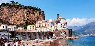 Amalfi Kust, de zomeroverzees en strandmening stock foto's