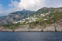 Amalfi kust nära Positano som ses från havet royaltyfri bild