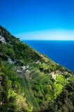 Amalfi kust som ses från det trekking försöket banan av gudar royaltyfria foton