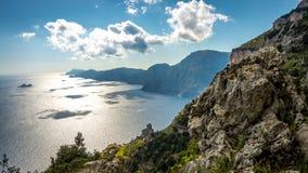 Amalfi kust som ses från det trekking försöket banan av gudar arkivfoton