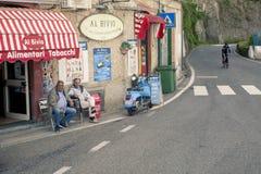 AMALFI KUSTLINJE SÖDRA ITALIEN - NOVEMBER 5: oidentifierat folk Arkivfoton