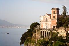 amalfi kyrklig kust Arkivfoton