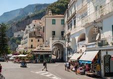 amalfi sikt Amalfi är en charmig semesterortstad på den sceniska Amalfi kusten av Italien Royaltyfri Bild