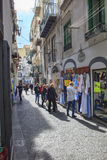 AMALFI STAD SÖDRA ITALIEN - NOVEMBER 5: toursit som går i smalt Royaltyfri Fotografi