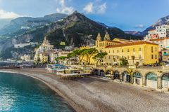 Amalfi stad Unik arkitektur Liten stad med stranden och berg royaltyfri fotografi