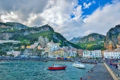 Amalfi WŁOCHY, CZERWIEC, - 01: Amalfi miasta port, Włochy na Czerwu 01, 2016 Fotografia Royalty Free