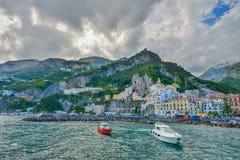 Amalfi WŁOCHY, CZERWIEC, - 01: Amalfi miasta port, Włochy na Czerwu 01, 2016 Obrazy Royalty Free