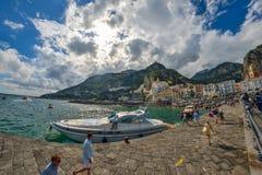 Amalfi WŁOCHY, CZERWIEC, - 01: Amalfi miasta port, Włochy na Czerwu 01, 2016 Zdjęcia Royalty Free