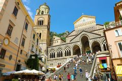 AMALFI WŁOCHY, LIPIEC, - 3, 2018: Amalfi katedra z turystami w lato wieczór, Amalfi wybrzeże, Włochy Obraz Royalty Free