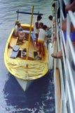 AMALFI, WŁOCHY, 1974 - młody żeglarz pomaga turystów w tradycyjnym lądowaniu w Amalfi fotografia stock