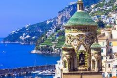 Amalfitana -美丽的景色和教会 意大利 免版税库存图片