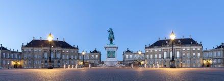 Amalienborg宫殿在哥本哈根在夜之前 免版税图库摄影