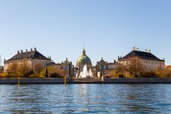 Amalienborg,弗雷德里克` s教会,叫作大理石教会和基督徒VII ` s宫殿 免版税库存图片