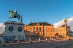 Amalienborg и Frederik v верхом загорелись в раннем утре, Копенгагене, Дании стоковая фотография