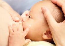 Amamantamiento de la madre Imagen de archivo libre de regalías