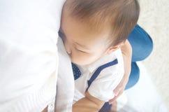 Amamentação asiática da mãe fotografia de stock royalty free