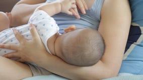 Amamentação do bebê vídeos de arquivo