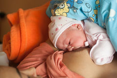 Amamentação recém-nascida do bebê Imagens de Stock Royalty Free