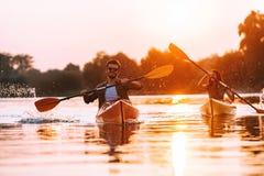 Aman el kayaking juntos Fotografía de archivo