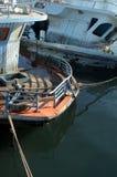 Łamana zapadnięta przyjemności łódź w wodzie, Obrazy Stock