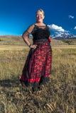 Amanda draagt Rood Zaalmeisje het Westelijke Kostuum op historische Laatste  royalty-vrije stock foto's